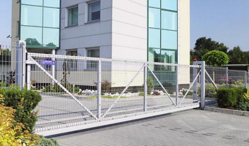 Nustumiami kiemo vartai su segmentiniu tinklu