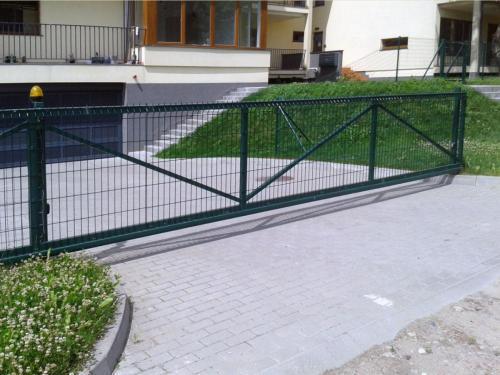 Stumdomi kiemo vartai su segmentiniu tinklu