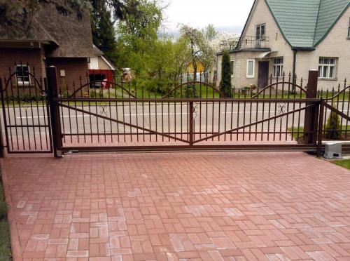 Atveriami kiemo vartai su kalviška apdaila