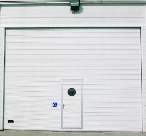 Pramoniniai garažo vartai su durelėmis